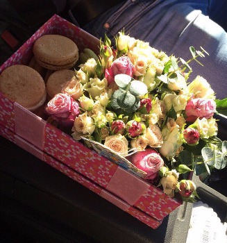 Коробка с цветами и маракунами
